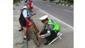 630x363-polisi-luar-biasa-memperbaiki-sepeda-murid-sd-saat-akan-berangkat-sekolah