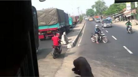 Biker hadang bus1